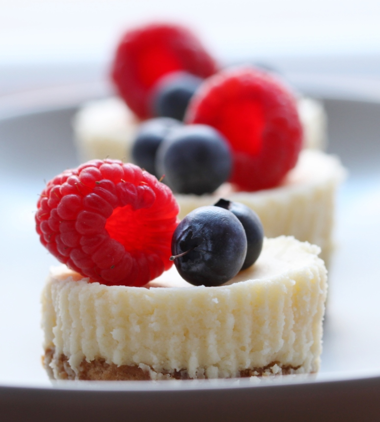 Bite Size Cheese Cake: Bite Size Berry Cheesecakes